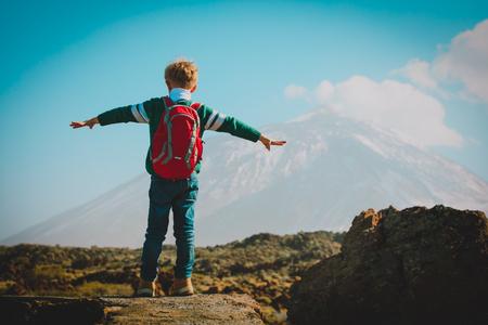 산에서 하이킹하는 행복한 소년, 가족 여행