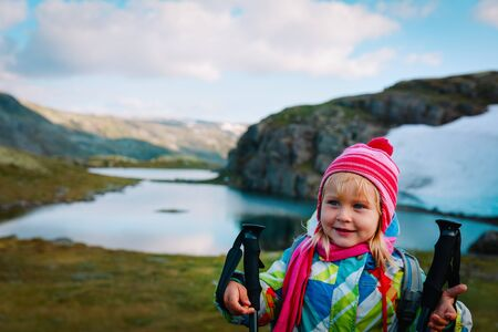 cute little girl travel in mountains, family hiking in nature Standard-Bild - 125104272
