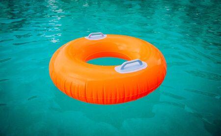 flotador para niños en la piscina, seguridad en el agua y diversión de verano Foto de archivo