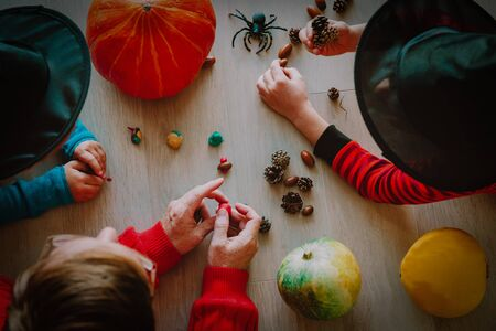 Family -father and kids- prepare for halloween celebration Imagens