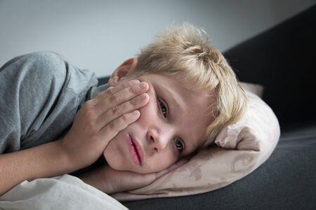Krankes Kind mit Fieber zu Hause, Kind mit Zahnschmerzen