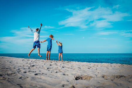 happy father with kids-boy and girl- play at beach Stockfoto - 133382611