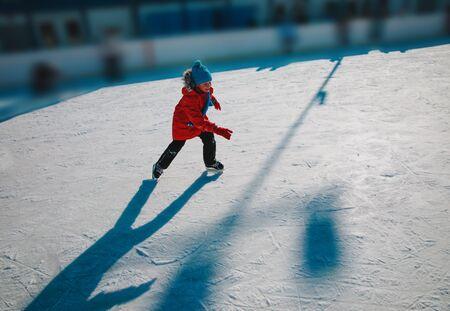 happy young boy skating on ice in winter 版權商用圖片