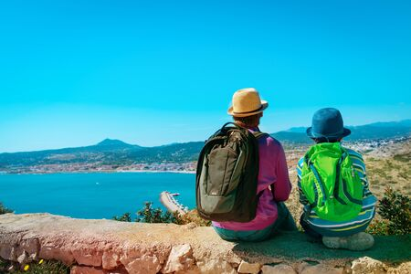 father and son travel in nature, looking at scenic view Banque d'images