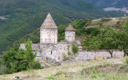 arbol de manzanas: Iglesia Apost�lica Armenia. paisaje de monta�a, el monasterio. El paisaje en Armenia tatev.
