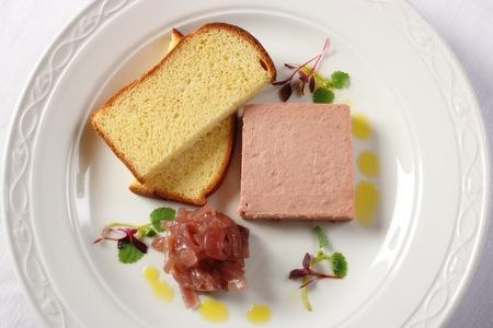 higado de pollo: Carne de cerdo y paté de hígado de pollo servido con tostadas a la francesa y la cebolla caramelizada chutney Foto de archivo