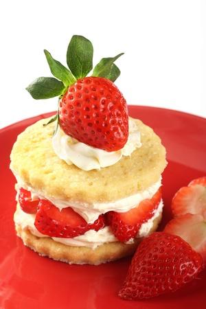 Strawberry and cream shortcake on a red plate Standard-Bild