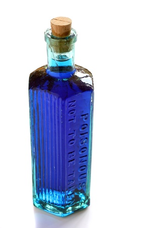 veneno frasco: Poci�n azul en una botella de veneno de la vendimia en blanco Foto de archivo