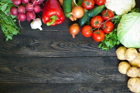 有機食品の背景の新鮮な野菜。便利で健康的な食事