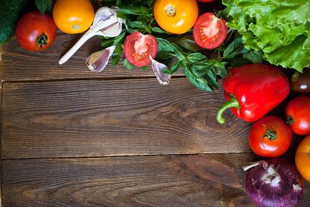 ensalada de verduras: Los alimentos org�nicos fondo-verduras frescas. Comer �til y saludable