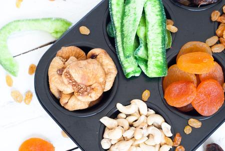 frutas deshidratadas: Las frutas secas en forma de pasteles - albaricoques secos, d�tiles, higos, papaya, rasins y anacardos
