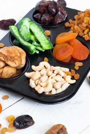 frutos secos: Las frutas secas en forma de pasteles - albaricoques secos, dátiles, higos, papaya, rasins y anacardos