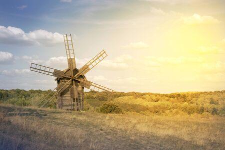 maiz: Antiguo molino de viento en el campo. La luz suave de la tarde