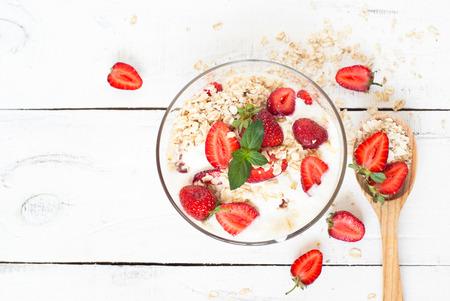 leche: Comida saludable. Yogur casero con fresas y avena.