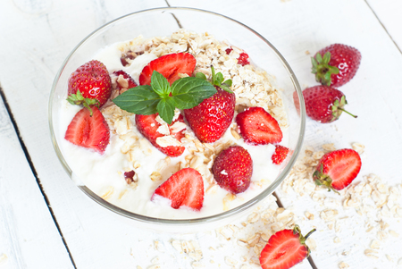 comidas saludables: Healthy foods. Homemade yogurt with strawberry and oatmeal.