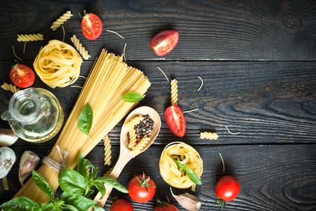italienisches essen: Bestandteile für das Kochen italienischer Pasta - Spaghetti, Tomaten, Basilikum und Knoblauch.