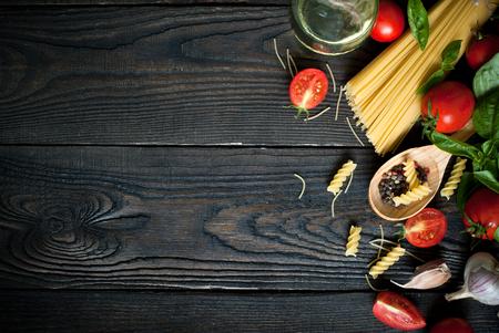 ajo: Ingredientes para cocinar la pasta italiana - espaguetis, tomate, albahaca y ajo.