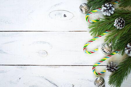 tree  pine: Dulces de Navidad y la rama de abeto con juguetes Vista superior, espacio de copia. Foto de archivo