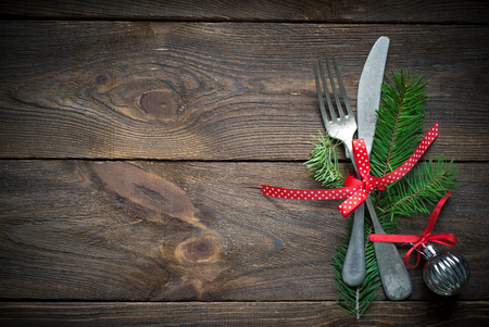 Kerst zilverwerk op donkere houten tafel. Bovenaanzicht, kopieer ruimte. Stockfoto