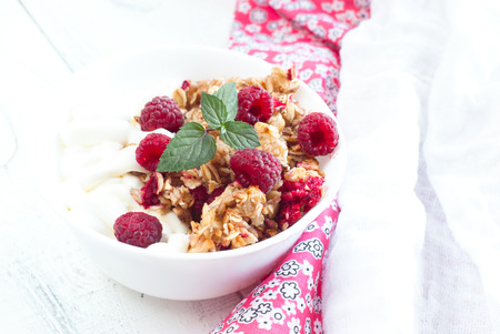 bawl: Healthy snack - cottage cheese with sour cream and granola with raspberries