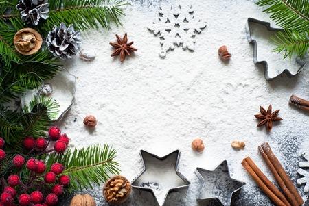 galletas: Ingredientes para hornear de Navidad - harina, especias y cortadores de galletas.