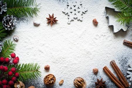 galletas de navidad: Ingredientes para hornear de Navidad - harina, especias y cortadores de galletas.