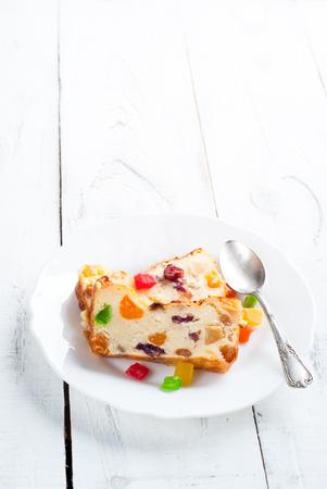 frutas deshidratadas: Pastel de dulce con reques�n y frutas secas en blanco.