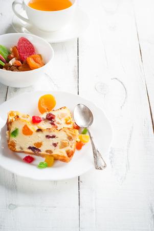 frutos secos: Pastel de dulce con requesón y frutas secas en blanco.
