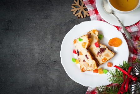 frutos secos: Christmas sweet pie with curd and dried fruits. Top view