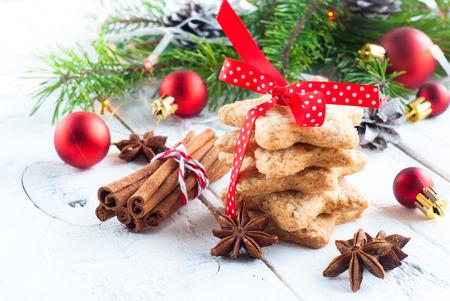 赤いリボンで結ばれた星の形をしたクリスマスのクッキー 写真素材