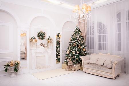 クリスマス ツリーとギフト クリスマス スタイルのクラシック インテリア内装