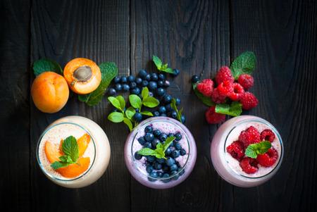 Zelfgemaakte yoghurt of milkshake met vers fruit en bessen. Zomer dessert. Gezond eten. Stockfoto