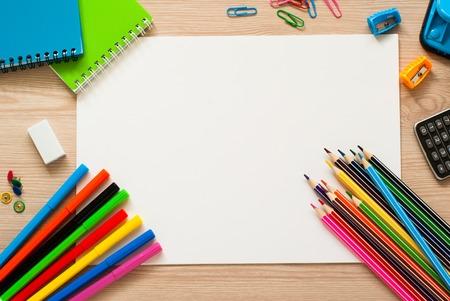 テーブルで学校やオフィスの文房具。コピー スペース平面図です。