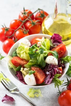 Frisse salade in een kom. Biologisch voedsel. Detailopname. Stockfoto