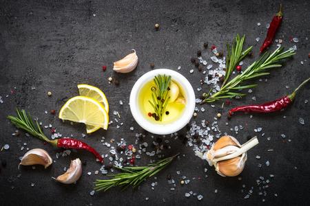 スパイス ハーブと緑の選択。料理の食材。黒いスレートのテーブルの食べ物背景。トップ ビュー コピー スペース。 写真素材