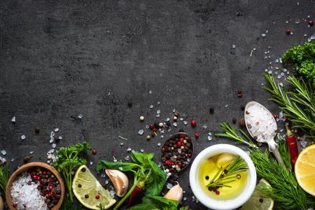 Selectie van kruiden en groenten. Ingrediënten voor het koken. Voedselachtergrond op zwarte leilijst. Bovenaanzicht kopie ruimte.