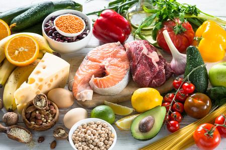 バランスの取れた食事食品背景。健康的な栄養の有機食品。料理の食材。