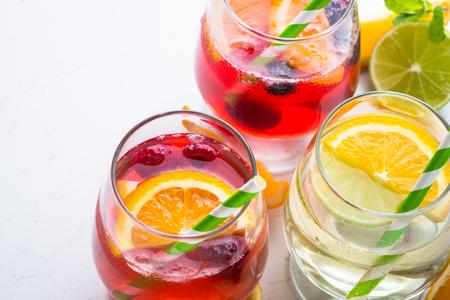 Wit, roze en rode sangria met fruit en ijs. Zomer alcohol drinken. Stockfoto