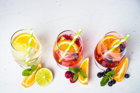 Witte, roze en rode sangria met fruit en ijs. Zomer alcohol drinken en ingrediënten.