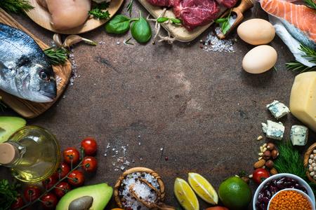 어두운 돌 테이블에 음식 프레임입니다. 건강한 영양을위한 유기농 식품. 요리 재료. 상위 뷰 복사 공간입니다.