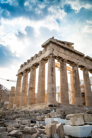fasade: Ancient Greek temple Parthenon in Athens on a clear day against the blue sky