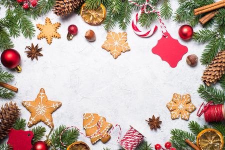 Pan de jengibre de Navidad con especias y decoraciones sobre fondo de piedra gris. Vista superior con espacio de copia.