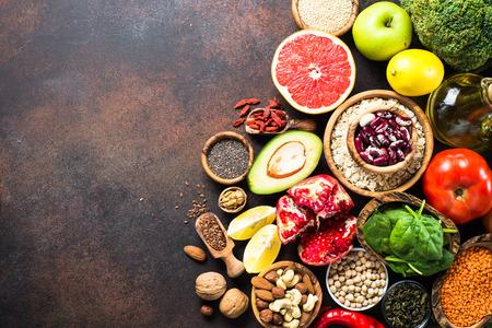 슈퍼 푸드 선택. 건강한 영양. 콩과 식물, 곡물, 씨앗, 견과류. 아보카도, 석류 자몽 브로콜리와 시금치 상위 뷰 복사 공간