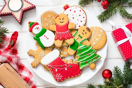 白い上の皿のクリスマスジンジャーブレッド。上のビュー。