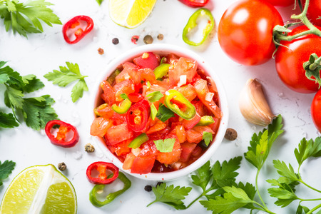 Traditional Latin American mexican salsa sauce and ingredients o Imagens
