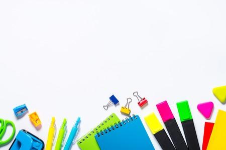 Fournitures scolaires et de bureau sur blanc. Banque d'images