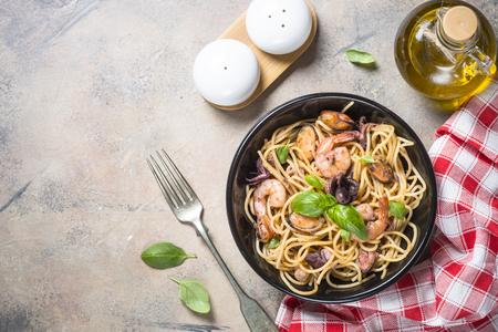 Spaghetti di pasta con frutti di mare e salsa di pomodoro. Archivio Fotografico