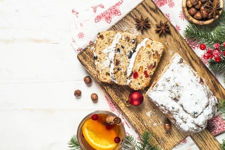 Stollen traditioneller Weihnachtskuchen mit getrockneten Früchten und Nuss
