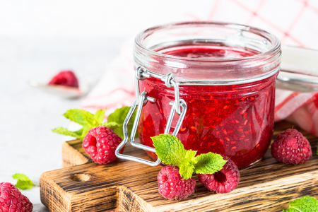 Strawberry jam in glass jar. Imagens