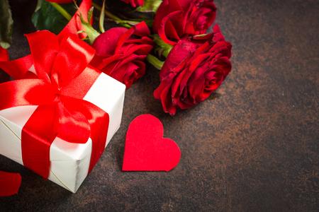 Vakantie achtergrond met Valentijn, heden en bloem.